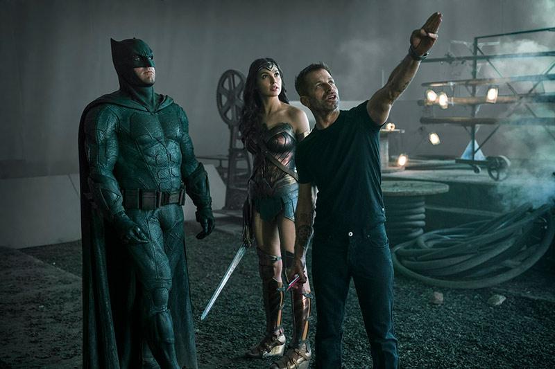 Batman et Wonder Woman en compagnie de Zack Snyder sur le tournage du film Justice League